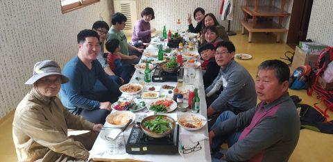 회원들과의 등산후 식당.jpg